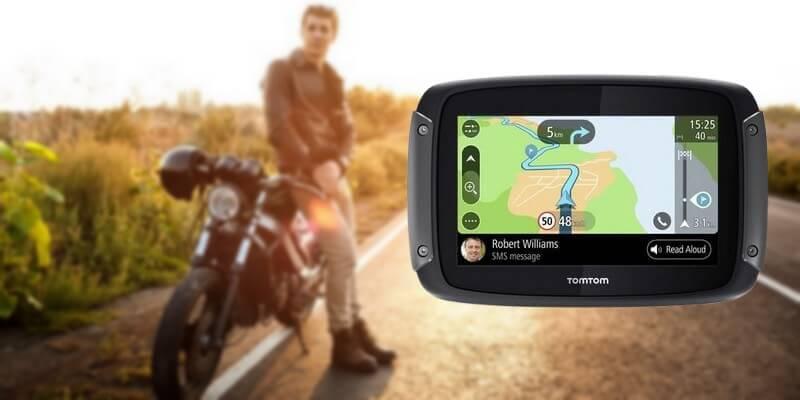 GPS moto Tomtom Rider 550 - Un homme avec sa moto sur la route